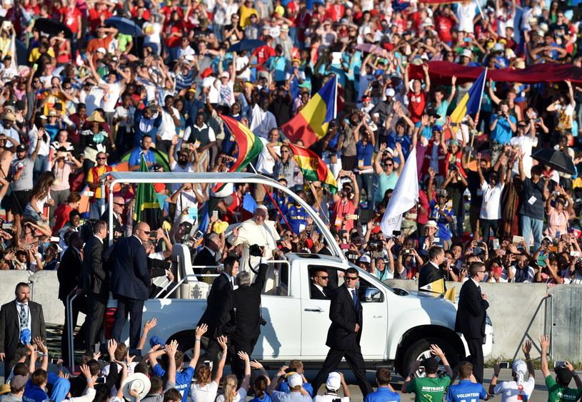 Papież Franciszek po przyjeździe na Campus Misericordiae w Brzegach /Radek Pietruszka /PAP