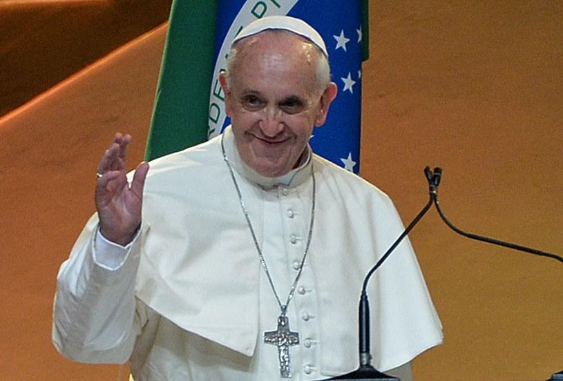 Papież Franciszek podczas ceremonii powitania w ogrodzie pałacu Guanabara /AFP