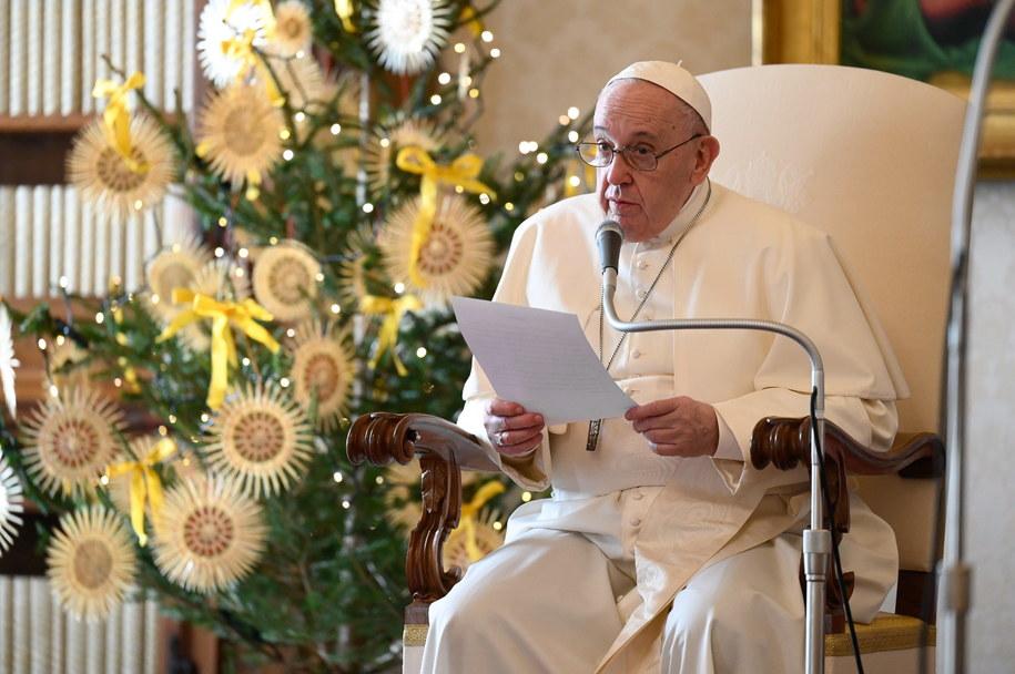 Papież Franciszek podczas jednej z audiencji generalnych w Bibliotece Pałacu Apostolskiego w Watykanie /VATICAN MEDIA HANDOUT /PAP/EPA