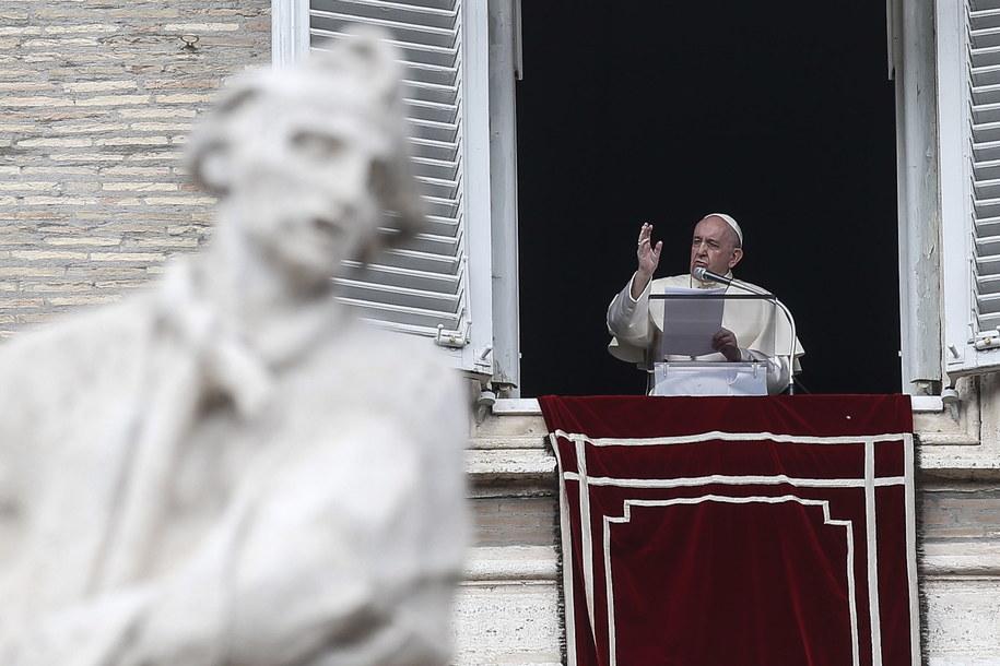 Papież Franciszek podczas modlitwy Anioł Pański /Fabio Frustaci /PAP/EPA