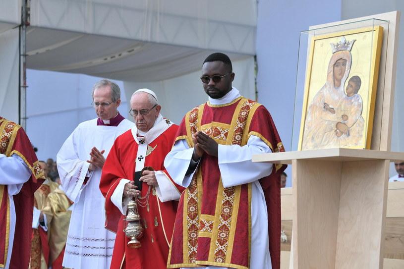 Papież Franciszek podczas mszy w Estonii /ALESSANDRO DI MEO /PAP