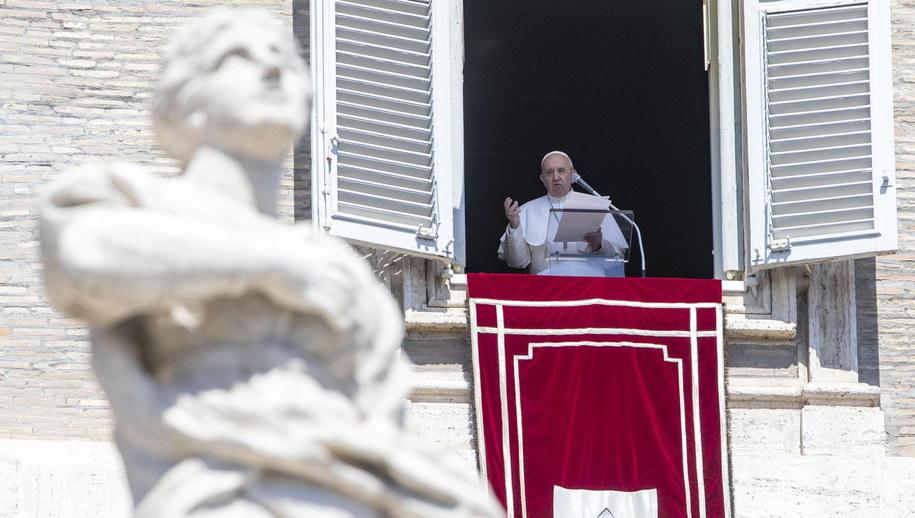 Papież Franciszek podczas nabożeństwa Anioł Pański /MASSIMO PERCOSSI /PAP/EPA