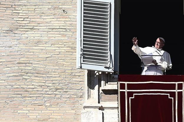 Papież Franciszek podczas niedzielnego spotkania z wiernymi /AFP