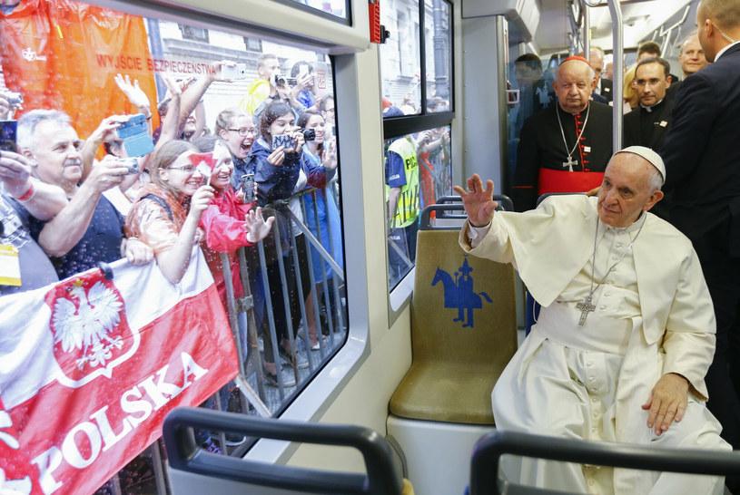 Papież Franciszek podczas przejazdu tramwajem po Krakowie /AP/EAST NEWS /AP