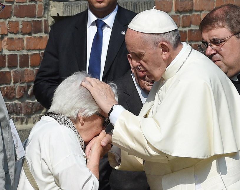 Papież Franciszek podczas spotkania z byłymi więźniami /Radek Pietruszka /PAP