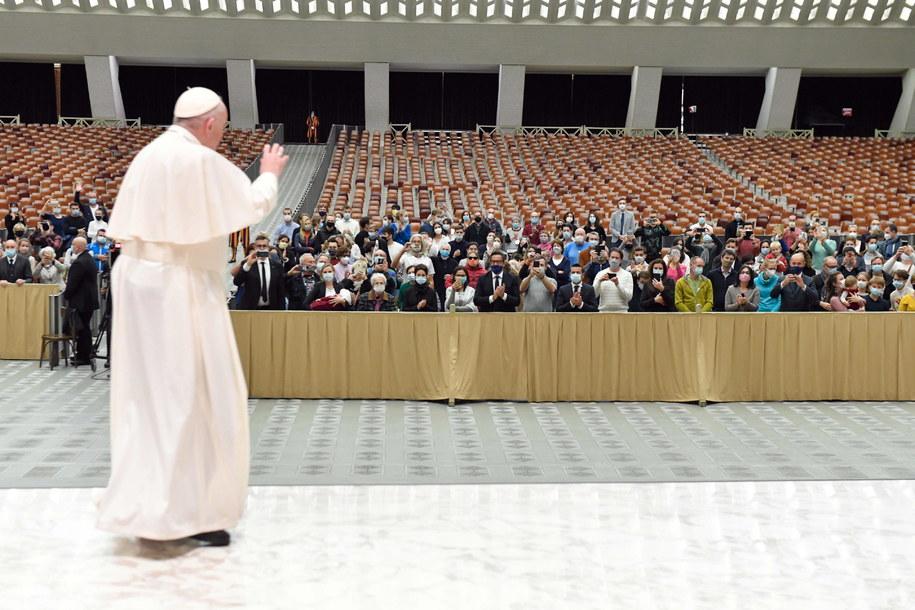 Papież Franciszek podczas spotkania z wiernymi /VATICAN MEDIA HANDOUT /PAP/EPA