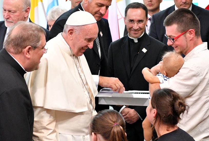 Papież Franciszek podczas wizyty w Uniwersyteckim Szpitalu Dziecięcym w Krakowie Prokocimiu /Maciej Kulczyński /PAP