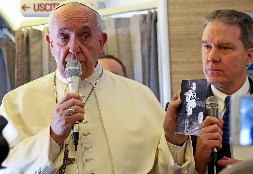 Papież Franciszek pokazał na pokładzie samolotu poruszające zdjęcie /AFP