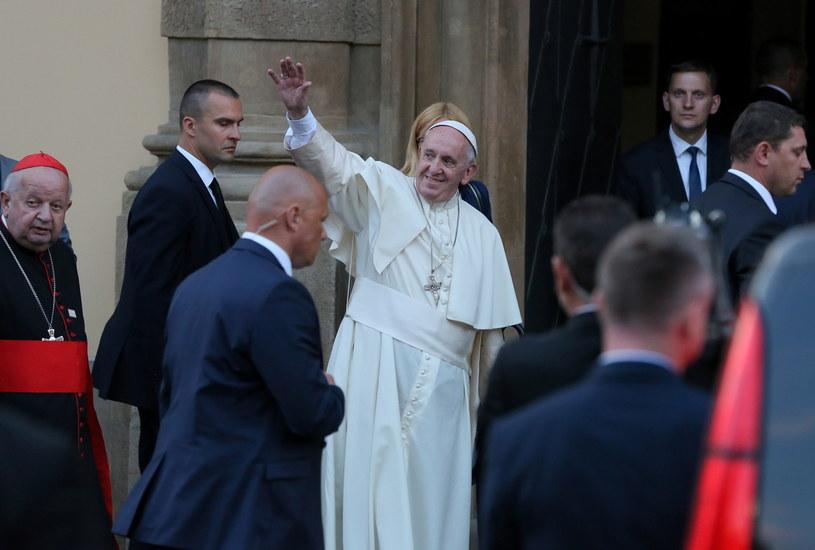 Papież Franciszek pozdrawia wiernych przed Domem Arcybiskupów Krakowskich /Paweł Supernak /PAP