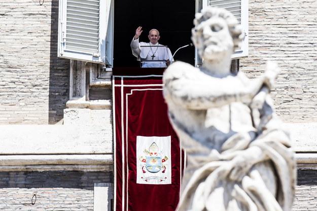 Papież Franciszek pozdrawiający wiernych /ANGELO CARCONI /PAP/EPA