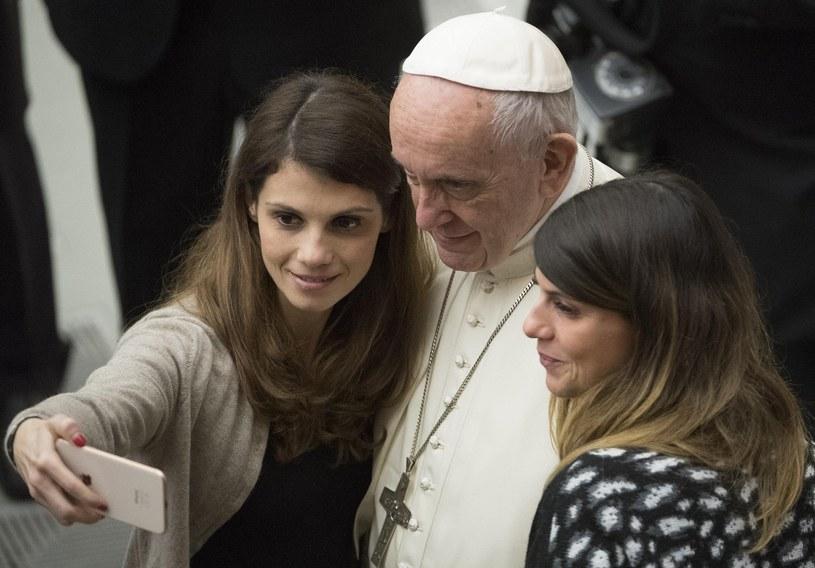 Papież Franciszek pozuje do selfie z wiernymi /MAURIZIO BRAMBATTI /PAP/EPA