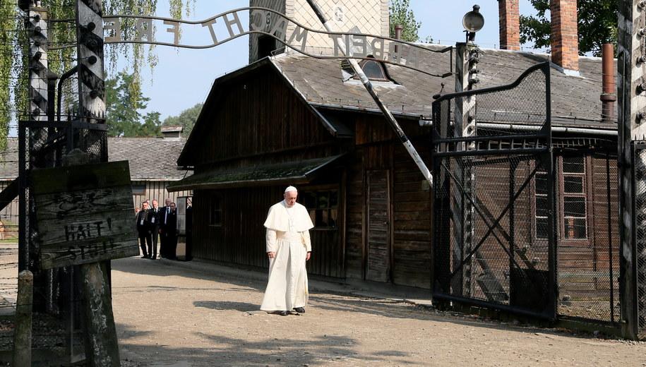 Papież Franciszek przechodzi przez bramę byłego niemieckiego, nazistowskiego obozu zagłady Auschwitz I /Paweł Supernak /PAP