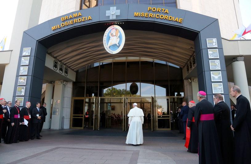 Papież Franciszek przechodzi przez Bramę Miłosierdzia wchodząc do bazyliki Bożego Miłosierdzia w krakowskich Łagiewnikach /Paweł Supernak /PAP