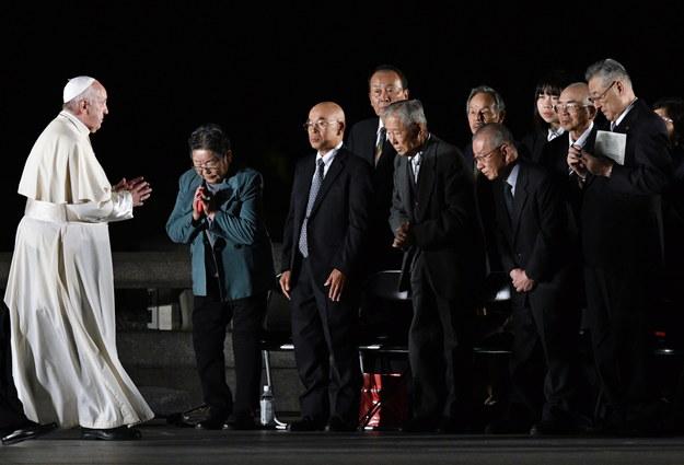 Papież Franciszek spotkał się osobami, które przeżyły zrzucenie bomby atomowej /FRANCK ROBICHON /PAP/EPA