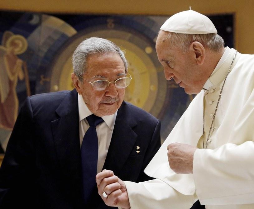 Papież Franciszek spotkał się z Raulem Castro /GREGORIO BORGIA /PAP/EPA
