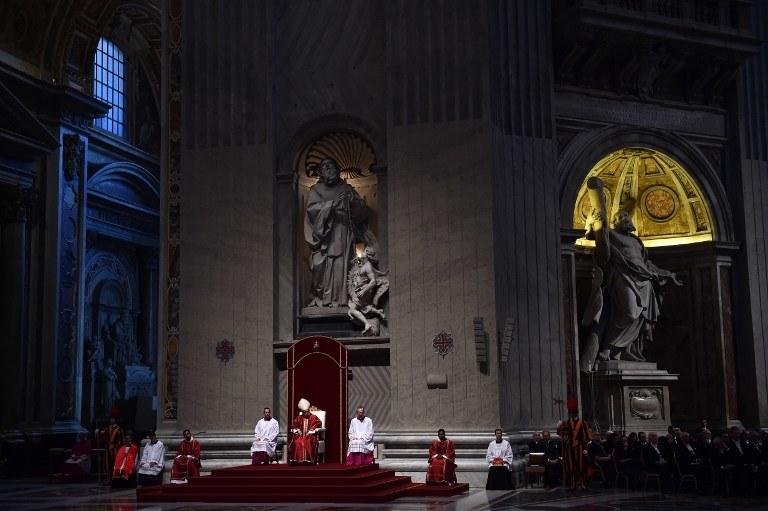 Papież Franciszek w czasie Liturgii Wielkiego Piątku w Bazylice Św. Piotra w Rzymie /GABRIEL BOUYS /AFP