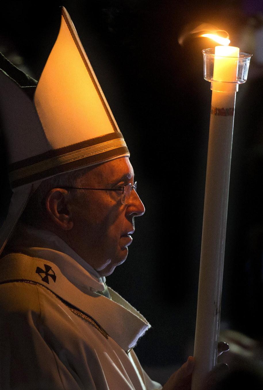 Papież Franciszek w czasie mszy Wigilii Paschalnej /CLAUDIO PERI /PAP/EPA