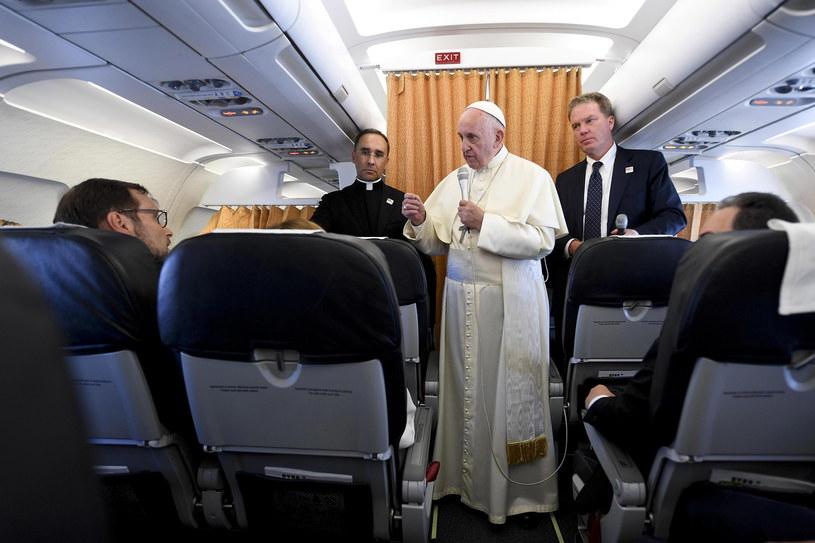 Papież Franciszek w drodze powrotnej z Genewy do Rzymu /CIRO FUSCO /PAP/EPA