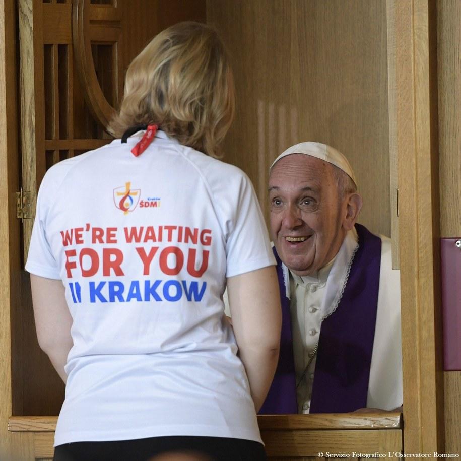 Papież Franciszek w konfesjonale /OSSERVATORE ROMANO  /PAP/EPA