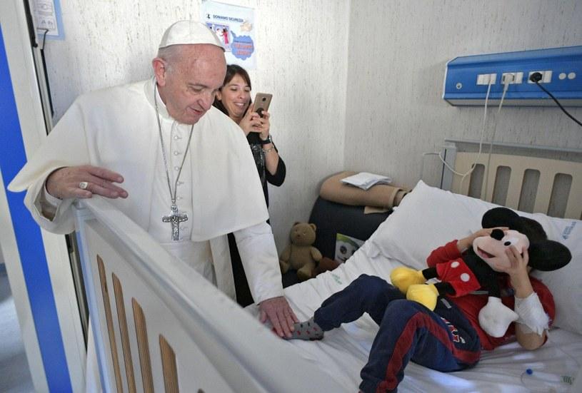 Papież Franciszek w szpitalu dziecięcym pod Rzymem /OSSERVATORE ROMANO / HANDOUT /PAP/EPA