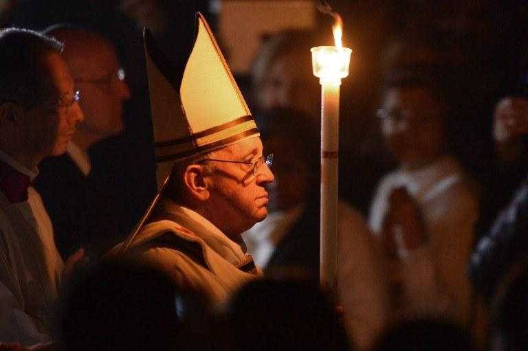 Papież Franciszek w trakcie liturgii Wielkiej Soboty /VINCENZO PINTO /AFP