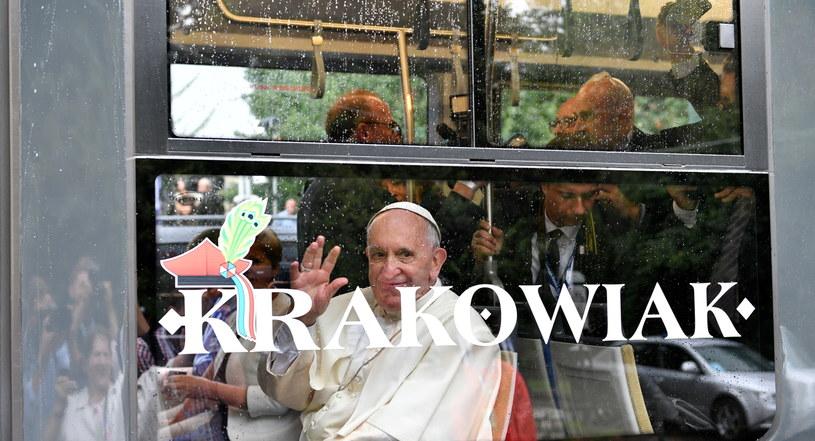 Papież Franciszek w tramwaju z młodzieżą niepełnosprawną /Maciej Kulczyński /PAP