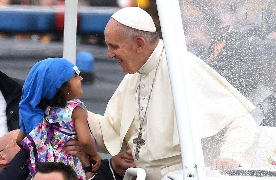 Papież Franciszek wita się z małą pielgrzymką w Krakowie /DANIEL DAL ZENNARO  /PAP/EPA