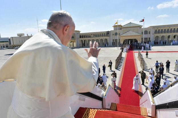 Papież Franciszek wsiada na pokład samolotu z Abu Zabi do Rzymu /VATICAN MEDIA HANDOUT /PAP/EPA
