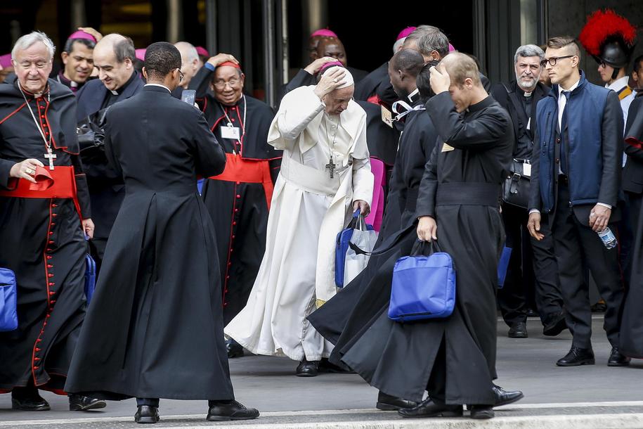 Papież Franciszek wśród uczestników synodu /Fabio Frustaci /PAP/EPA