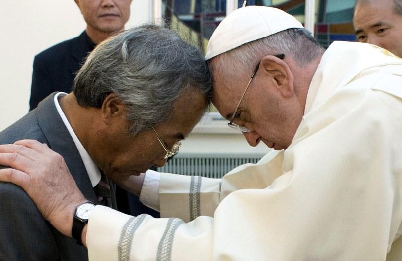 """Papież Franciszek z ojcem jednego z uczniów, którzy zginęli w katastrofie promu """"Sewol"""" /AFP"""