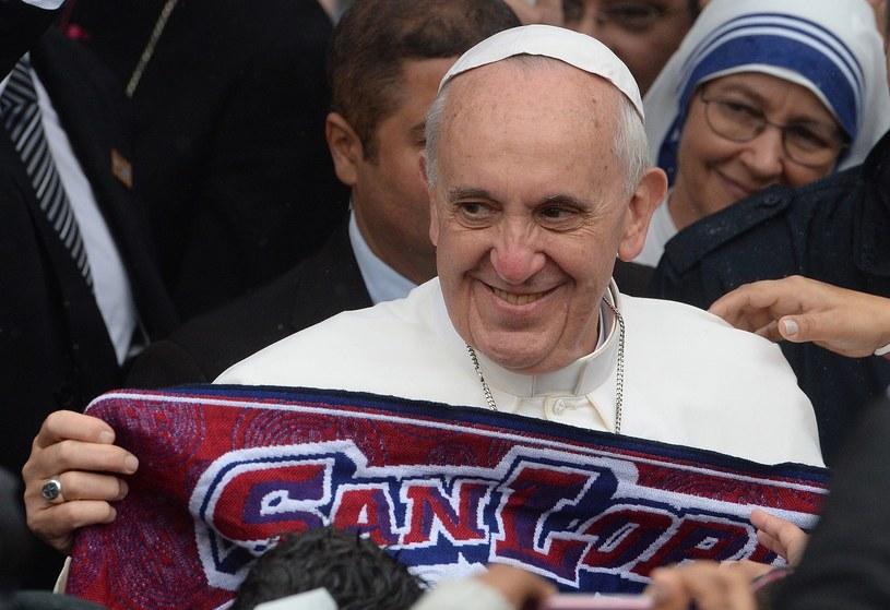 Papież Franciszek z szalikiem San Lorenzo /AFP