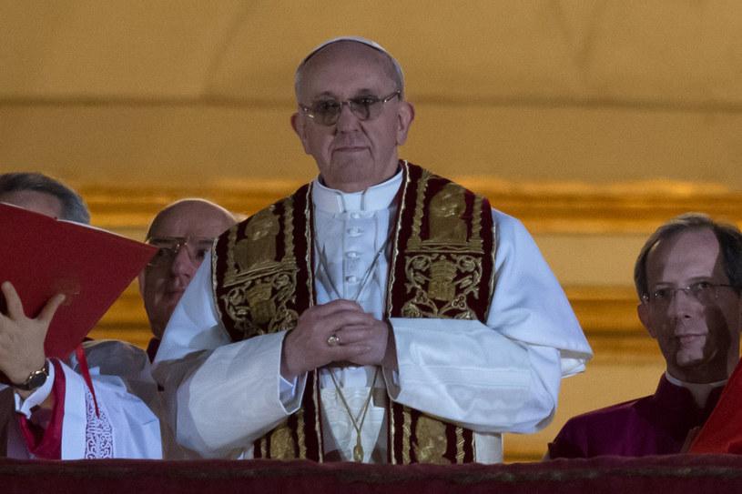 Papież Franciszek założył stułę tylko na czas błogosławieństwa /AFP