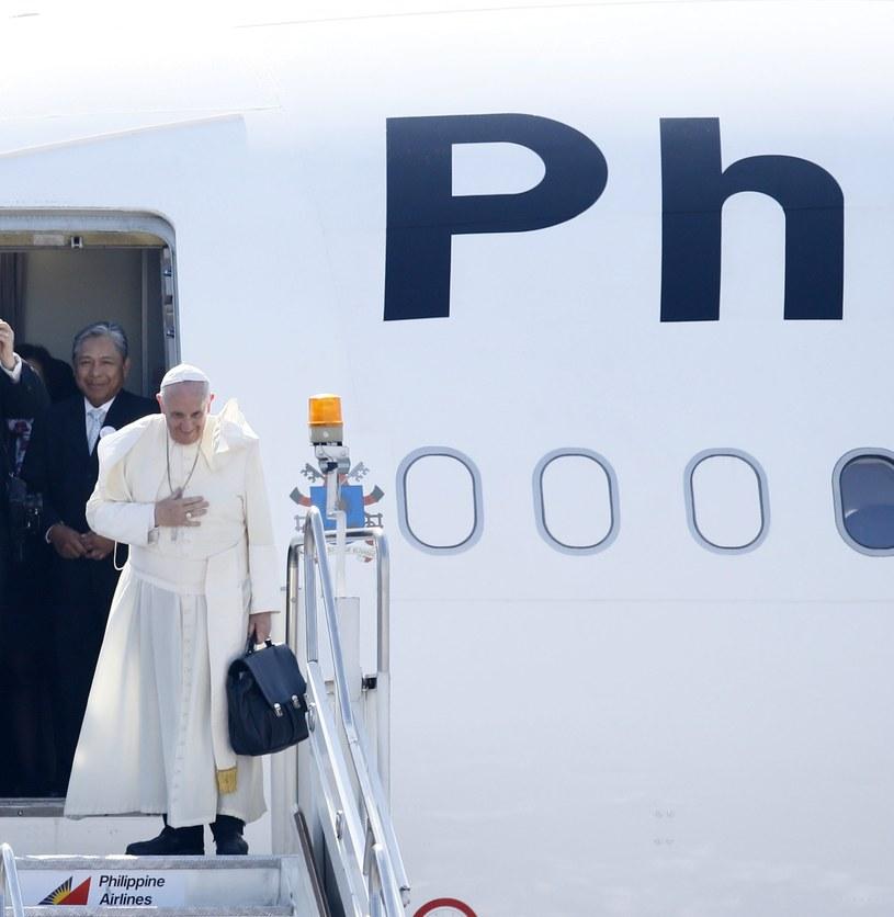 Papież Franciszek żegna się przed odlotem /PAP/EPA