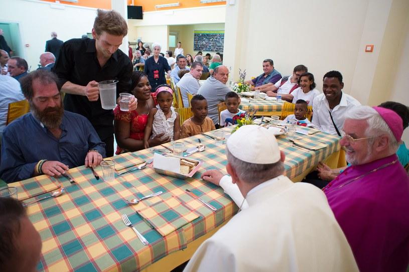 Papież Franciszek zjadł obiad z ubogimi /AFP