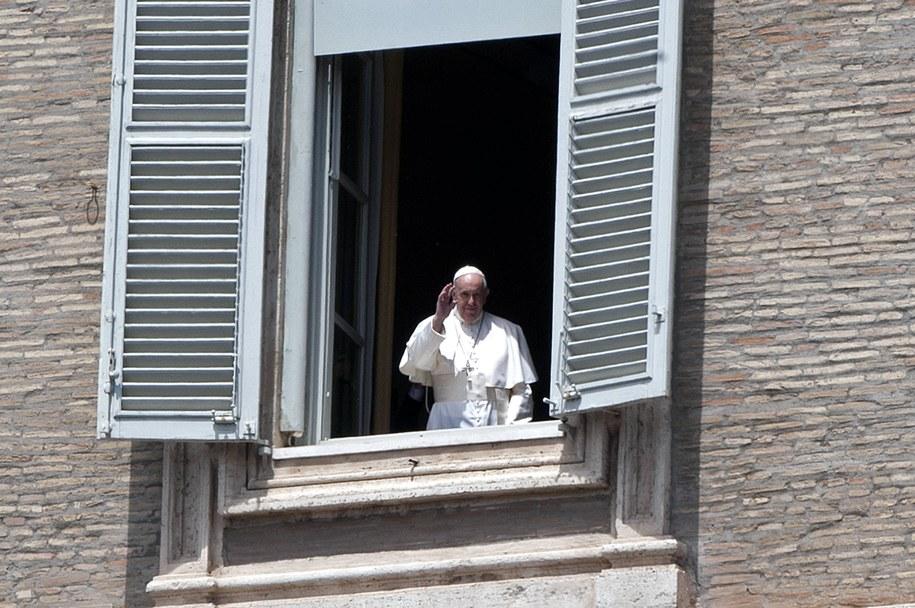 Papież jak co tydzień w czasie pandemii, stanął w oknie Pałacu Apostolskiego i pobłogosławił pusty, zamknięty plac Świętego Piotra /ALESSIA GIULIANI/CPP/IPA/PA /PAP/EPA