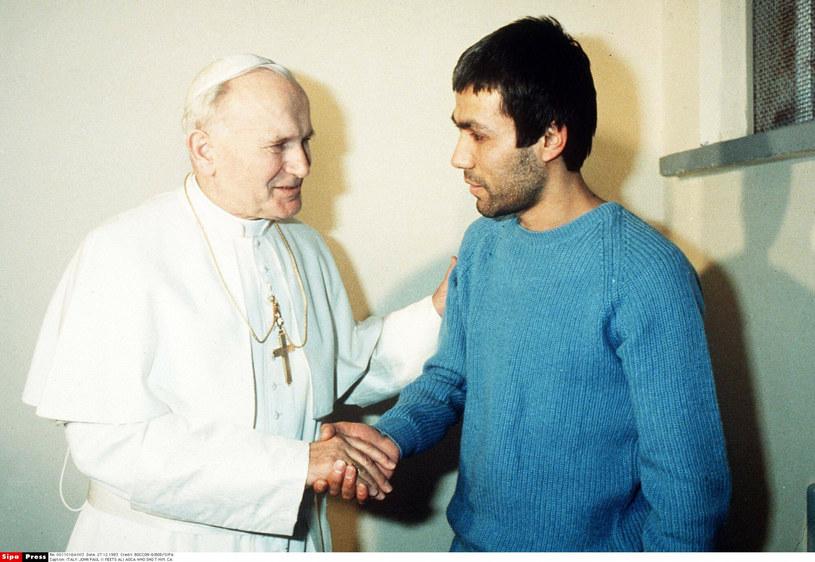 Papież Jan Paweł II odwiedził Ali Agcę w więzieniu /BOCCON-GIBOD /East News
