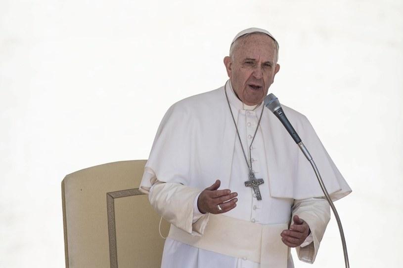 Papież modlił się za ofiary trzęsienia ziemi w Nepalu /PAP/EPA