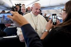 Papież na pokładzie samolotu do Polski: Świat jest pogrążony w wojnie, bo zatracił pokój