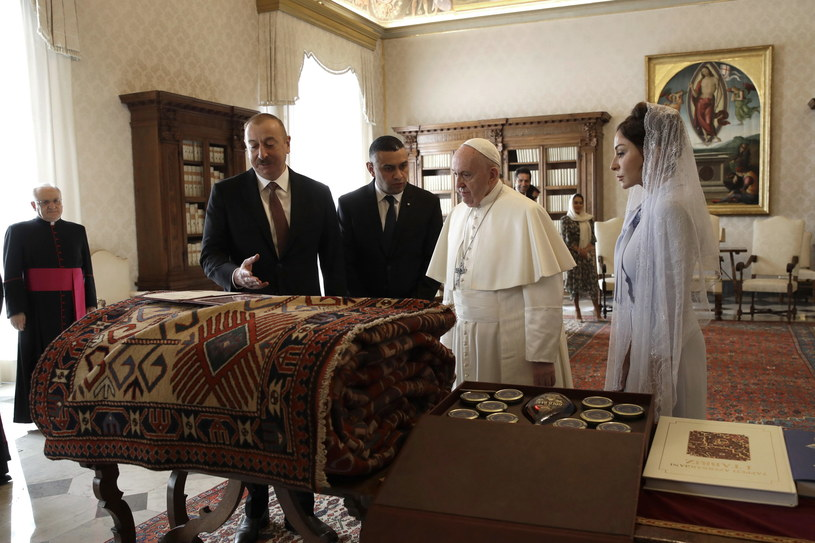 Papież otrzymał tradycyjny azerski dywan /ALESSANDRA TARANTINO /PAP/EPA