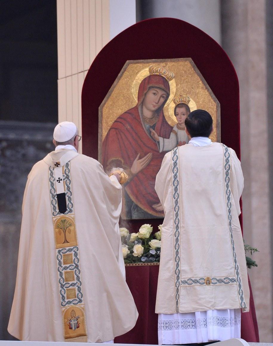 Papież otworzył Drzwi Święte w bazylice watykańskiej /MAURIZIO BRAMBATTI /PAP/EPA