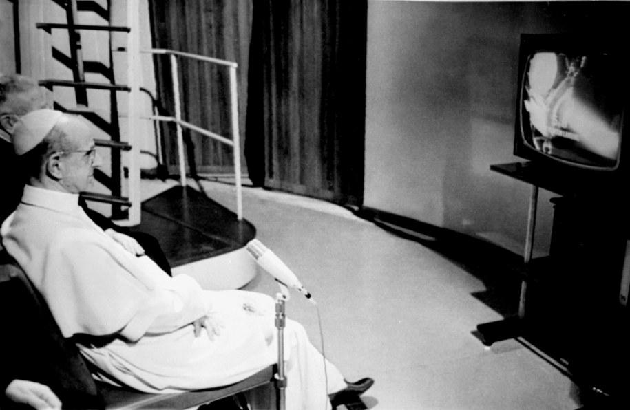 Papież Paweł VI ogląda transmisję z lądowania na Księżycu /UPPA/Photoshot    /PAP