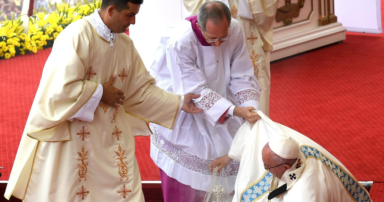 Papież potknął się podczas mszy. Ten moment uchwyciły obiektywy