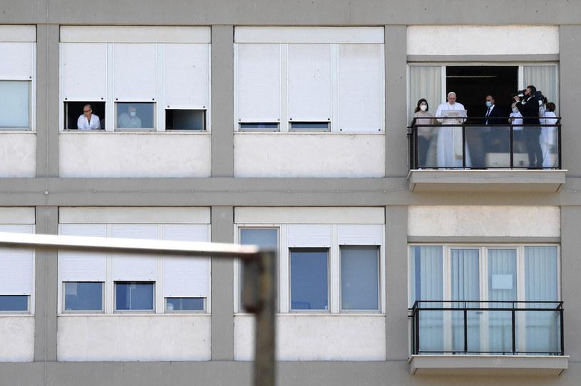 Papież przemawiający z okna kliniki /AFP