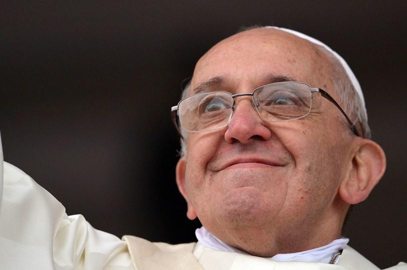 Papież przestrzega młodzież przed efemerycznymi bożkami. /AFP