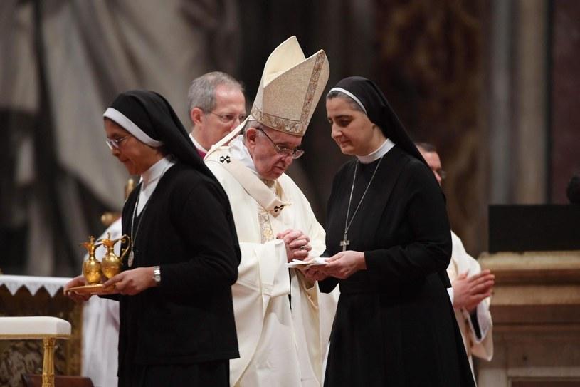 """Papież przestrzegał zakonnice i zakonników przed """"pokusą przetrwania"""". /PAP/EPA"""