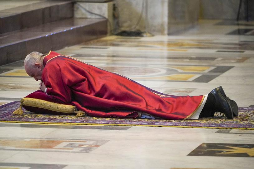 Papież przewodniczył nabożeństwu Męki Pańskiej bez udziału wiernych /ANDREW MEDICHINI /AFP