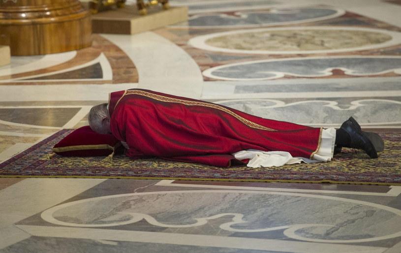 Papież przez dłuższą chwilę modlił się leżąc przed głównym ołtarzem /EPA/GIORGIO ONORAT /PAP/EPA