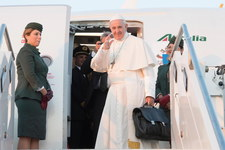Papież przybył na Litwę. W drodze do Wilna wystosował telegram do prezydenta Dudy