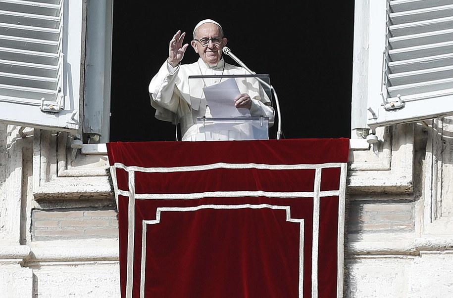 Papież przyznał, że dzieci często biorą go za lekarza /RICCARDO ANTIMIANI /PAP/EPA