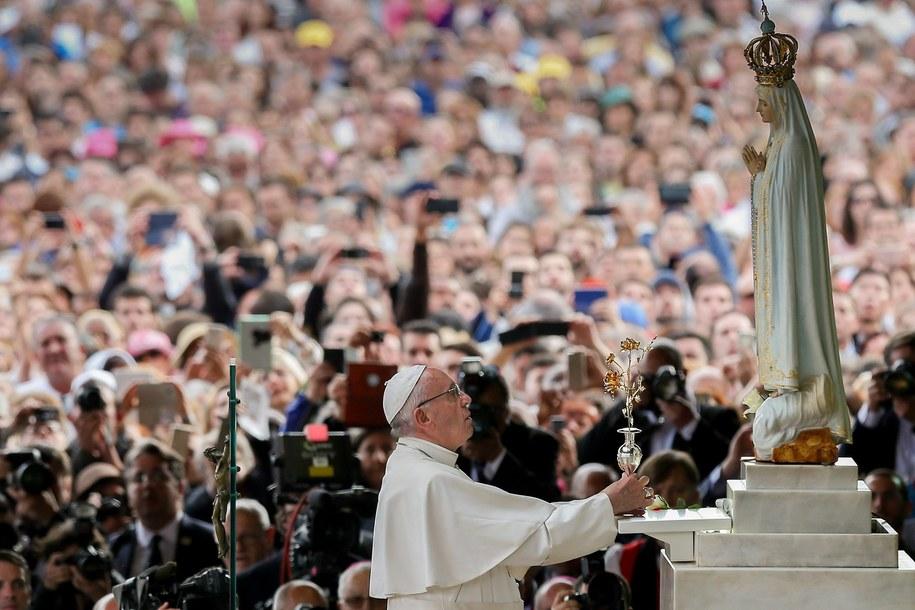 Papież składa złotą różę przed figurką Matki Bożej Fatimskiej /JOSE SENA GOULAO / POOL /PAP/EPA